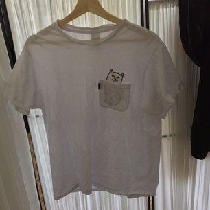 Mkt mkt cool tröja från RipnDip som förtjänar mer användning än vad jag ger den :( Köparen står för frakt, kan mötas upp i Östersund!💞