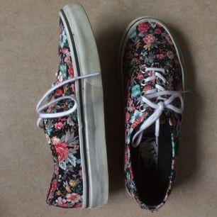Vans Authentic, blommiga med vita skosnören | har använt 2-3 gånger | köptes på Sneakersnstuff | seriös säljare | köparen står för frakten annars kan jag mötas i Stockholm | Tar endast Swish eller kontanter | Skriv gärna till mig om ni har frågor | säljes pga har för mycket skor