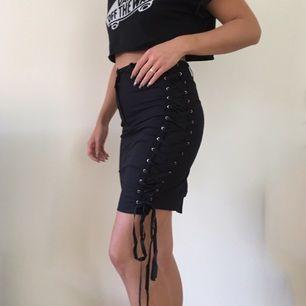 Svinsnygg kjol men snörning i sidan och slits bak. Det går att klippa bort tyget som är under snörningen om man vill visa mer hud 😏🔥