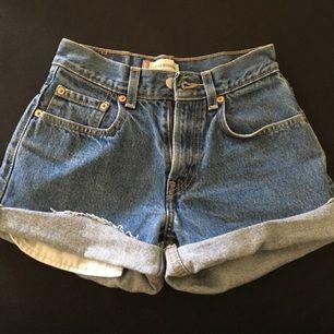 Fina Levi's shorts. Står w 25 men passar även 24. Frakten är inräknad✨
