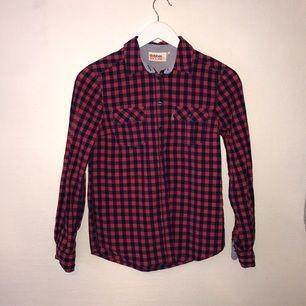 Skjorta säljes pga. att jag växt ur den samt garderobsrensning. Den är i gott skick eftersom den ej använts så mycket, ca 2 gånger. Kan mötas upp i centrala Stockholm.
