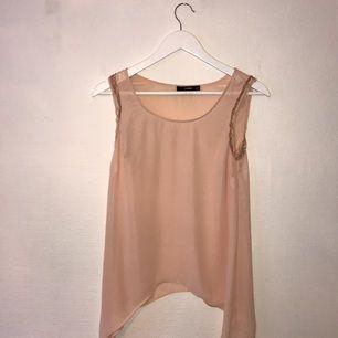Nude-rosa linne med gulddetalj vid ärmarna från Oasis säljes pga. att jag växt ur den samt garderobsrensning. Använt fåtal gånger därmed i gott skick. Kan mötas upp i centrala Stockholm.