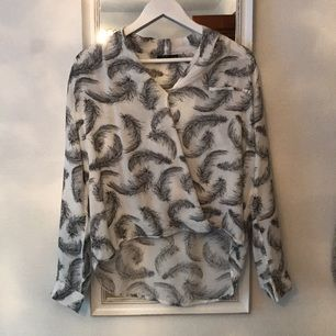 Skjorta med fjädrar på från Kappahl säljes pga. att jag växt ur den samt garderobsrensning. Aldrig använt endast testat. Kan mötas upp i centrala Stockholm. Köparen står för frakten.