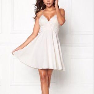 Vit enkel klänning med broderat bröstparti. Nypris 500kr