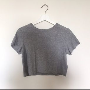 Grå crop top i storlek S från H&M. Skönt och luftigt material perfekt för varma dagar! Väl använd men fortfarande i gott skick!