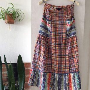 Finaste retro vintage kjolen! Hög midja med stora fickor. Avklippt längst ner så har en rå kant.  En sommarfavorit som jag tyvärr vuxit ur 😊