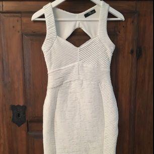 Vit figurnära klänning från Jane Norman.
