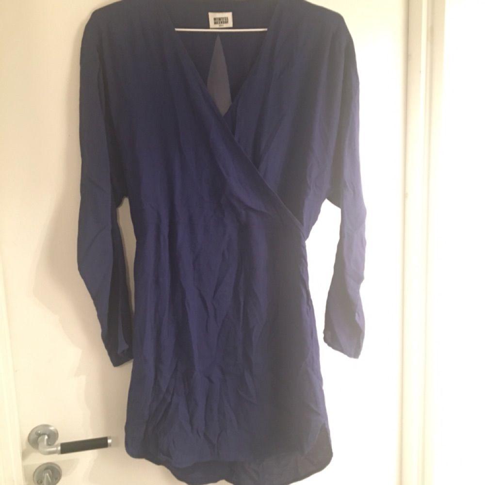 df6e33f60b0d Blå klänning från MTWTFSS weekday. Snygg detalj i ryggen. 100% viskos!