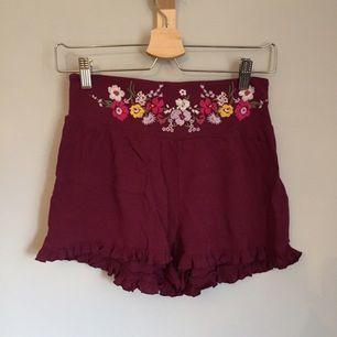 •supersöta shorts med volangkant•  🔹köpta på Hawaii 🔹XS, men passar mig som är S 🔹broderade blommor framtill  40 kr+ frakt