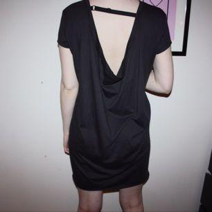 Helt ny klänning från Cheap Monday. Köpt från The Salty Dog i Täby C. Mörkgrå/brun i färgen. Superskön.   Frakt kostar 30kr. Samfraktar. Kan mötas upp, använder helst swish.