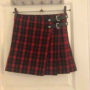 Jättecool kjol från Michael kors. Använd endast en gång. Står storlek 2 vilket verkar vara 34:)