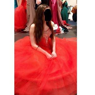Jättefin röd prinsessklänning. Där är korsett upptill med snörning i ryggen och tyll i kjolen. Passar perfekt till bal eller andra finare tillställningar. Säljer då jag köpte sen till min egen bal men sedan ändrade mig då jag hittade en annan. Den är alltså aldrig använd. Ordinarie pris 4000kr