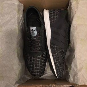 Helt nya Adidas Los Angeles Woven i storlek 45. Säljes pga fel storlek