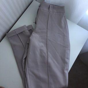 Säljer ett par nya helt oanvända kostym liknande byxor! Jättefina 🌸 passar bäst till dig som e lite kortare
