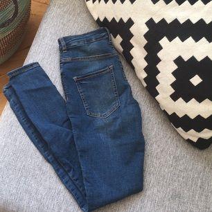Molly-jeans från Gina! Tyvärr aldrig använda därför säljer jag till så billigt pris, synd att slänga nya jeans✨ Går även bra med swish.