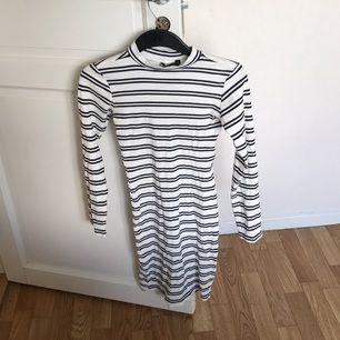 Ribbad randig tight klänning från bikbok! Fint skick!