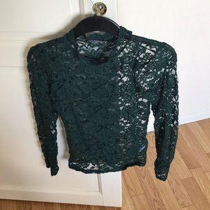 Transparent mörkgrön tröja i spets med relativt hög hals🌸