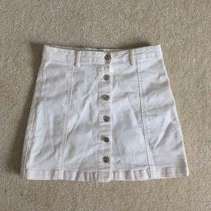 Vit kjol från ginatricot i fint skick! Tillkommer en fraktavgift om den ska fraktas!