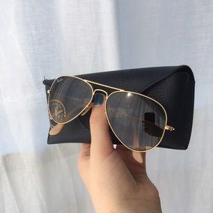 Solglasögon från ray-ban med guldmatta bågar och ljusbrunt tonat glas i modellen Aviator gradient. De är jättefina men knappt använda och därför säljer jag dem. Nypris - 1630:- Kan mötas upp i Växjö eller skicka om köparen står för frakt