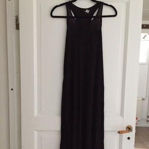 Långklänning med liten bröstficka, använd MAX 2 ggr. Skuren i sidan.  Nypris 200:-