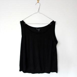 Megaskönt linne från Monki, luftigt och enkelt. Inga konstigheter. Eventuell frakt delas mellan köparen och säljaren.