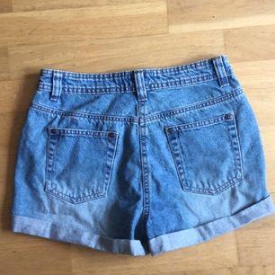 Klassiska ljusa jeansshorts i storlek 36. Det står storlek 38 i shortsen, men det är en väldigt liten 38, så dessa är mer som 36 eller typ W27 ☺️. Bara använda en gång! Så i fint skick!