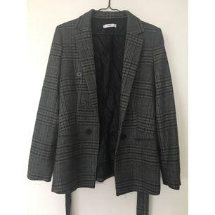 En figursydd tweed kavaj i mycket fint skick! Knappt använd. Sälj pga fel storlek.