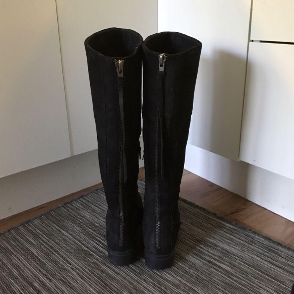 f2fa20e89c3 Snygga svarta höga stövlar i mocka med dekorativ dragkedja i bak från  Vagabond.