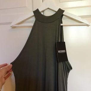 Militärgrön klänning ifrån Missguided! Oanvänd (prislappen är kvar) och säljes pga att den är för stor för mig. Jätte mjukt material🌷