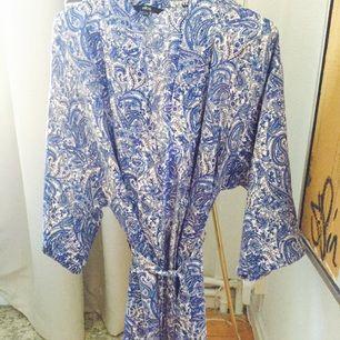 Ellos kimono/ badrock Använd 1-2 gånger har mest blivit hängande =nyskick Jättefin somrig färg/ paisleymönstrad Passar allt mellan storlek 34-38 den är ganska rymlig Köparen står ör frakt