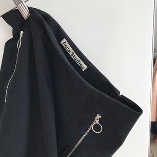 Acne kjol i modellen Kassia. En midjekjol som slutar vid knäna. Fickor vid höfterna.   Fint skick. Köpt för 2000kr