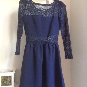 Jättefin mörkblå klänning i strl 36, endast använd några få gånger.