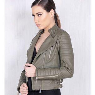 Skinnjacka köpt från Chiquelle.com (Moto Jacket Armygreen) för runt 700/800kr. Säljer för 500kr. Den är använd en gång, jätte snygg på! Passar storlek 34/36/38  Hör av dig om du har några frågor😁