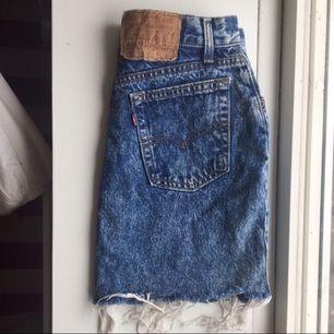 Jättefin Levis kjol som tyvärr är för stor för mig. Skicka meddelande vid intresse