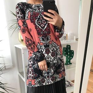 Fungerar lika bra som längre tröja, klänning eller varför inte över kjolen? Väldigt fint mönster tillsammans med en slits på sidan om samt i slutet av ärmen.  Endast använd för att ta fotografierna för denna annons!