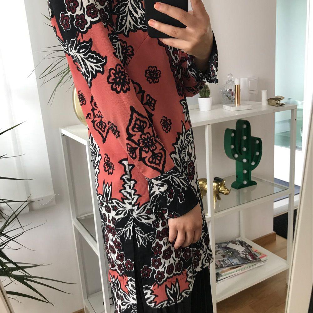 Fungerar lika bra som längre tröja, klänning eller varför inte över kjolen? Väldigt fint mönster tillsammans med en slits på sidan om samt i slutet av ärmen.  Endast använd för att ta fotografierna för denna annons! . Klänningar.
