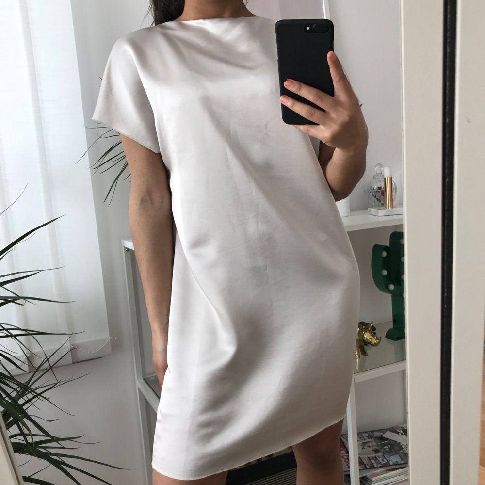 Siden klänning som fungerar lika bra att använda framvänd som bakvänd! Modellen är en slags t-shirtklänningsmodell vilket gör att ett bälte på denna hade varit super!!! Använd 3 gånger! . Klänningar.