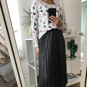 Cool tröja med ett patches print på som fungerar utmärkt som myströja eller varför inte till en kjol eller ett par jeans!  Använd 4 gånger!