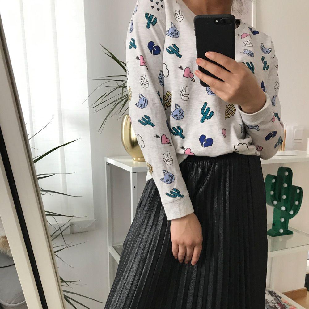 Cool tröja med ett patches print på som fungerar utmärkt som myströja eller varför inte till en kjol eller ett par jeans!  Använd 4 gånger! . Tröjor & Koftor.