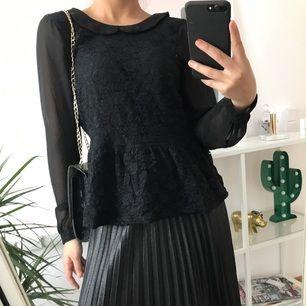 Fantastisk blus från GinaTricot med både mesh tyg och spets. Fungerar perfekt att ha med både krage eller utan som ni ser på båda bilderna! Använd max 4 gånger!