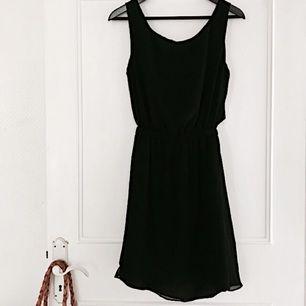 Superfin svart klänning ifrån Forever 21. Högexponerade andra och tredje bilden för att visa ryggen - klänningen går in i midjan, men överdelen är skuren och sydd för att falla över det. Har en öppning på ryggen som syns när man rör sig/böjer sig. Sitter supersnyggt! Säljs pga har för många svarta klänningar och denna kommer inte till användning. 👗