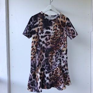 Så snygg leopardmönstrad klänning från Zara! Helt slutsåld! Oanvänd med tags kvar!