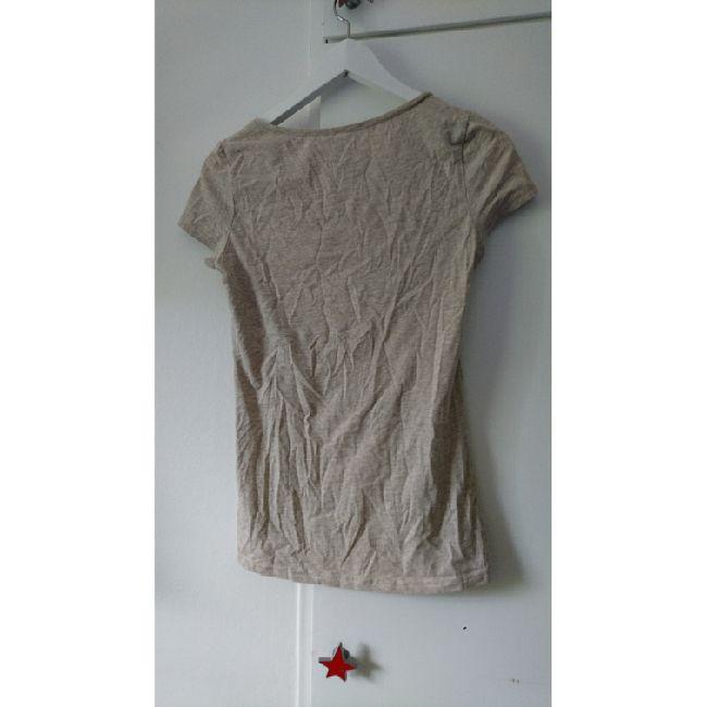 Beige melerad åtsittande t-shirt. Lätt att styla! . T-shirts.