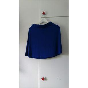 Blå skater-kjol I skönt stretchmaterial. Har klippt bort lappen med storlek och märke men tror det är medium och från H&M.