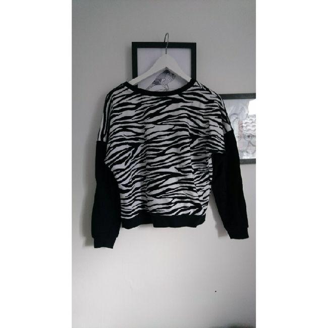 Sweatshirt från New Yorker med zebraränder på. Väldigt mjuk och skön! . Huvtröjor & Träningströjor.
