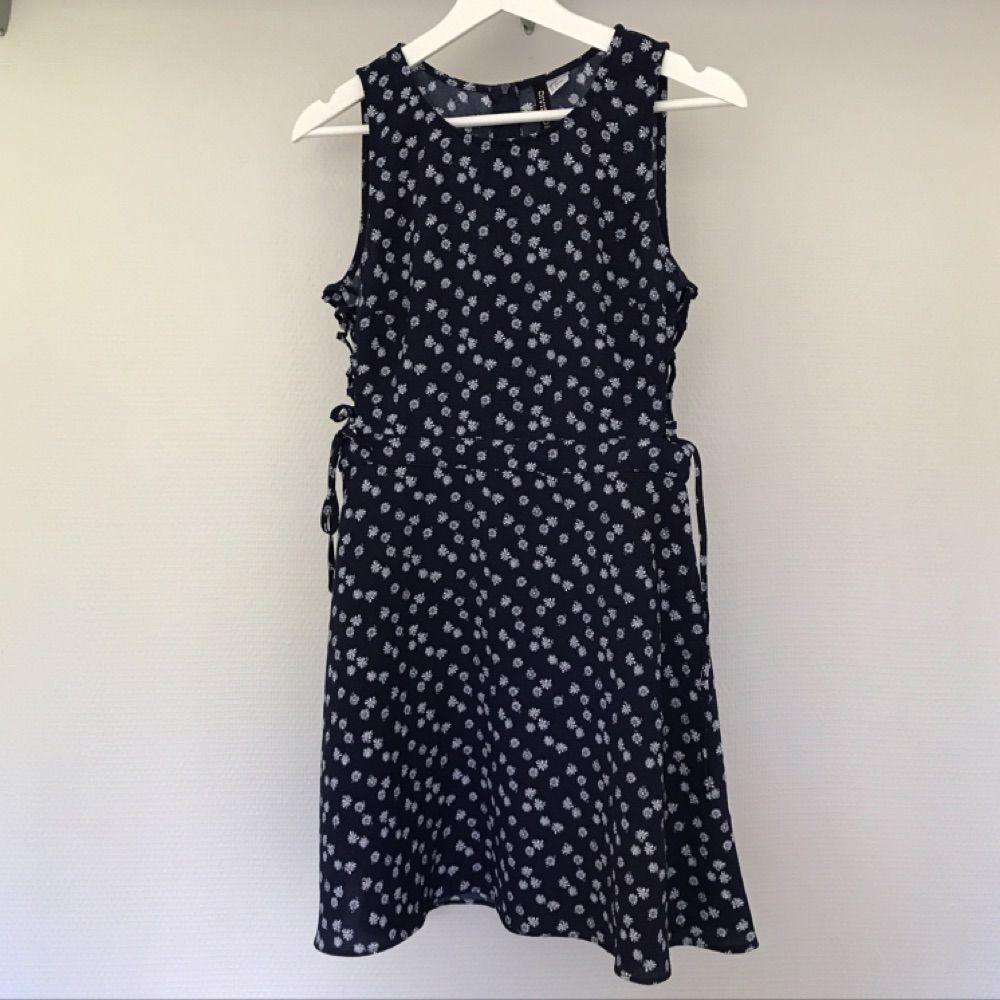 d25caa608e75 Blommig klänning från H&M med fina - H&M Klänningar - Second Hand