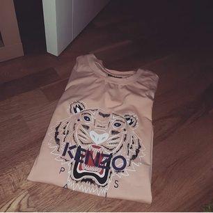 Kenzo t-shirt ej äkta A-kopia märks ingen skillnad alls mellan denna och äkta! Tajt i storleken så passar S!