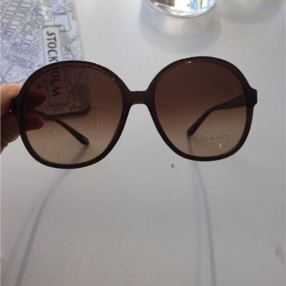 Helt nya glasögon från Gant i rund modell Lätta bågar med skönt ljus . Accessoarer.