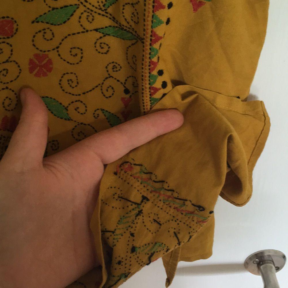 Fantastisk vintageblus med handsytt mönster. I mycket bra skick! . Toppar.