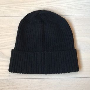 Trendy black beanie from monki! Never used it as I already have one. Shipping will be added and payment through SWISH.